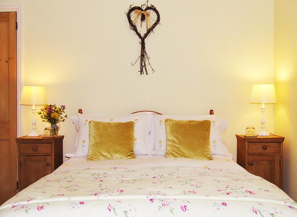 Luxury Devon Bed and Breakfast Lohill Farmhouse Yellow Room